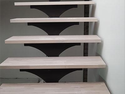 Kaasaegne trepikoda metalltalal treppidega