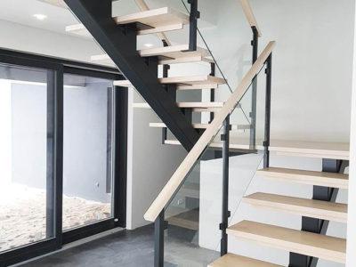 Stahlträger treppe mit glasgeländer